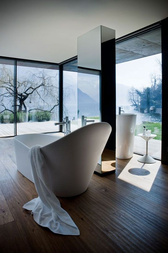 High back floor standing bathtub